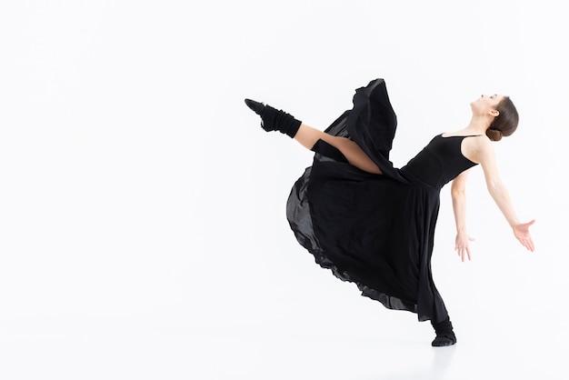 Schöne junge frau, die ballett tanzt
