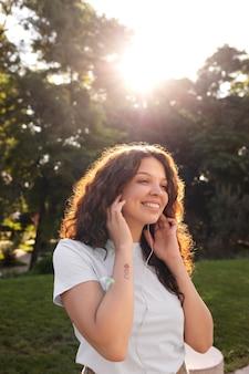 Schöne junge frau, die draußen lächelt