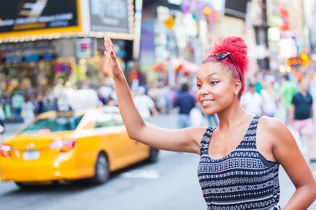 Schöne junge frau, die ein fahrerhaus in new york anruft