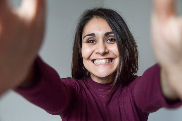 Schöne junge frau, die ein selfie nimmt und spaß hat