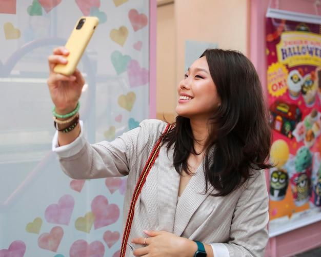 Schöne junge frau, die ein selfie nimmt