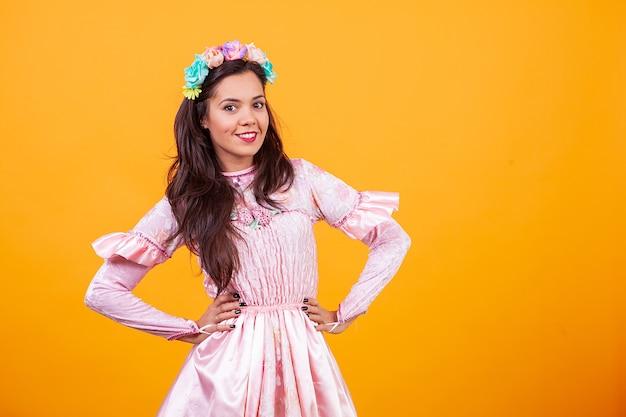 Schöne junge frau, die feenhaftes rosa kleid trägt. märchen