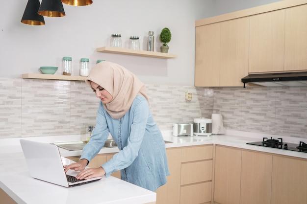 Schöne junge frau, die hijab trägt, der eine tasse kaffee whi trinkt