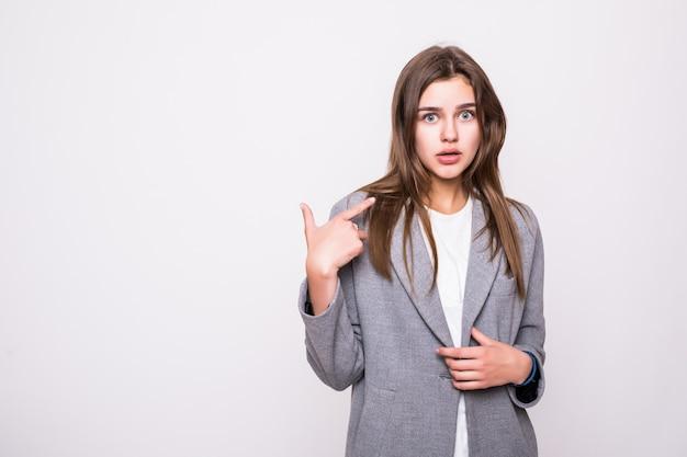 Schöne junge frau, die ihren finger lokalisiert auf weißem hintergrund zeigt