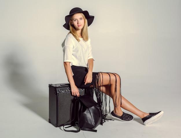 Schöne junge frau, die im studio aufwirft. mode-foto