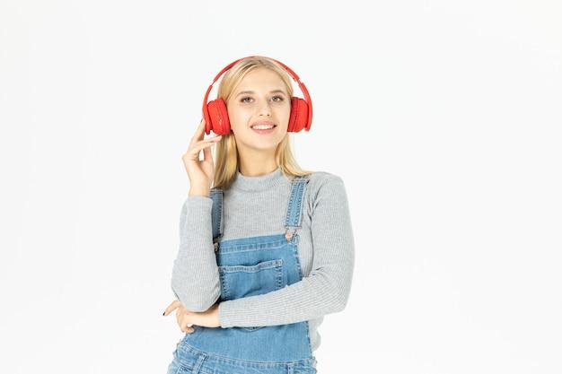 Schöne junge frau, die musik lokalisiert hört