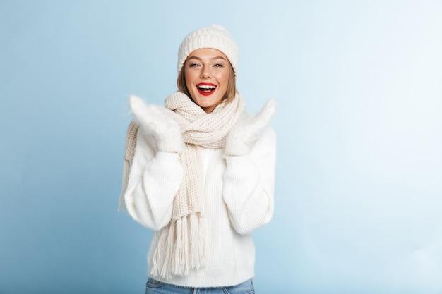Schöne junge frau, die pullover und hut trägt