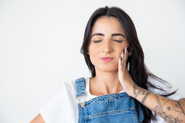 Schöne junge frau, die unter zahnschmerzen leidet