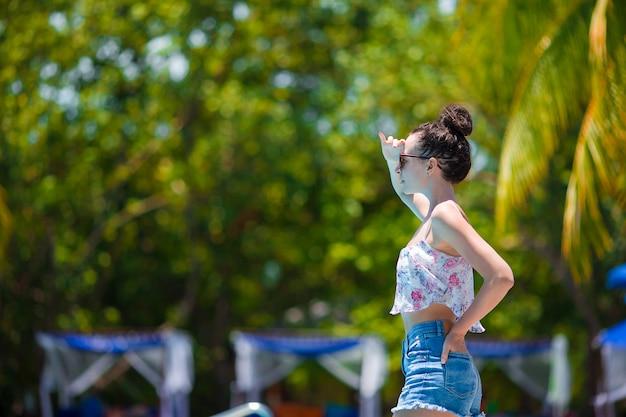 Schöne junge frau, die während der tropischen ferien auf malediven sich entspannt