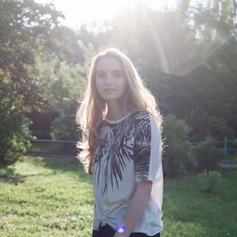 Schöne junge frau draußen, nettes attraktives kaukasisches mädchen am sonnigen park