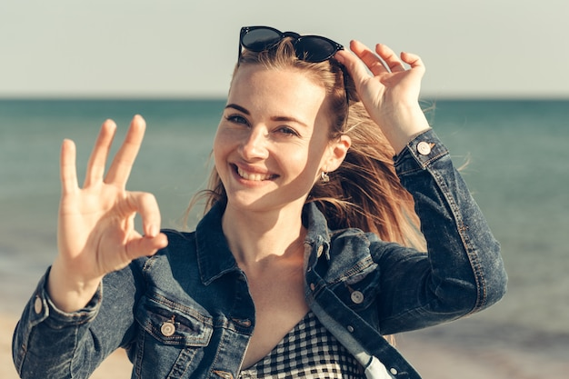 Schöne junge frau genießen sommerferien am strand