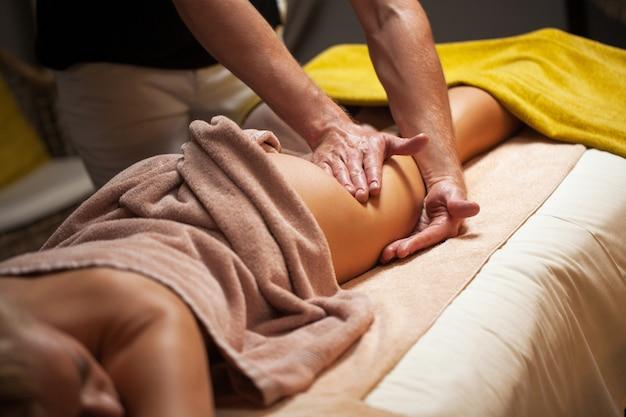 Schöne junge frau genießt massage