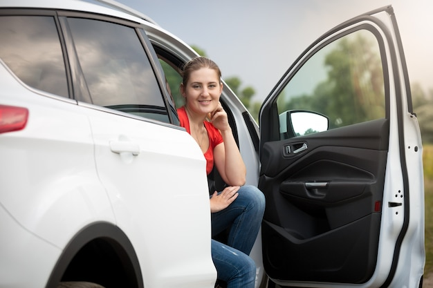 Schöne junge frau hat sich beim autofahren auf dem land verirrt