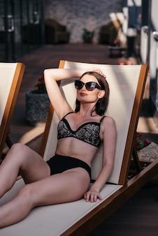 Schöne junge frau im bikinibadeanzug mit einem passenden körper