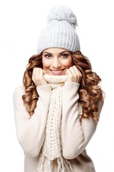 Schöne junge frau im gestrickten wollpullover lächelnd