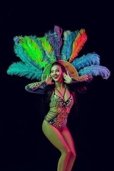 Schöne junge frau im karnevalspfaukostüm schönheitsmodellfrau auf party über feiertag