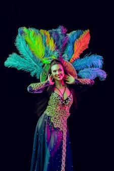 Schöne junge frau im karnevalspfaukostüm schönheitsmodellfrau auf party vorbei