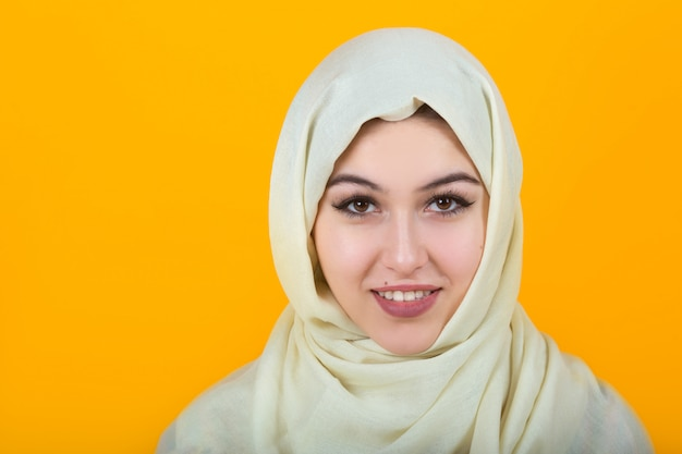 Schöne junge frau im muslimischen schal