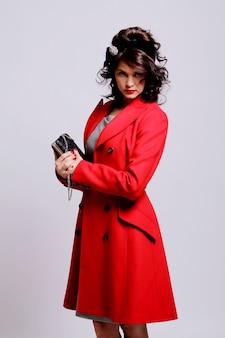 Schöne junge frau im roten mantel