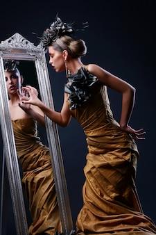 Schöne junge frau im stilvollen kleid