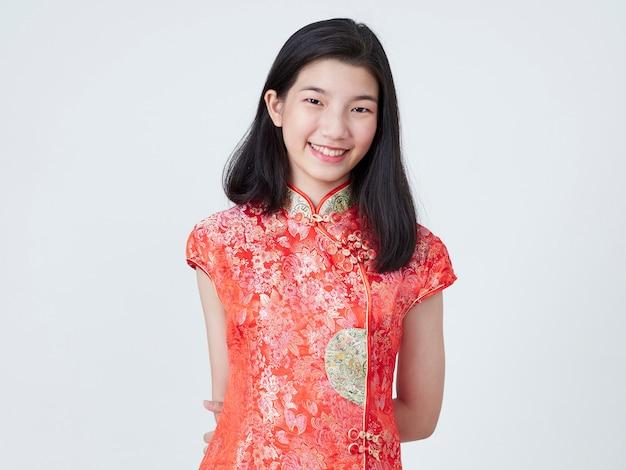 Schöne junge frau im traditionellen chinesischen kleid