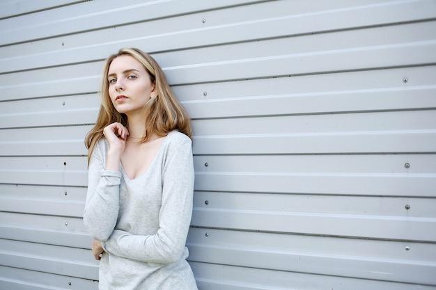 Schöne junge frau in der bluse, porträt des netten attraktiven kaukasischen modells