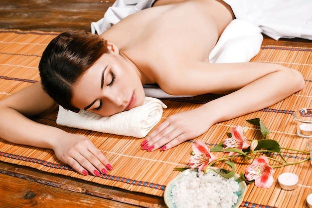 Schöne junge frau in einem spa-salon