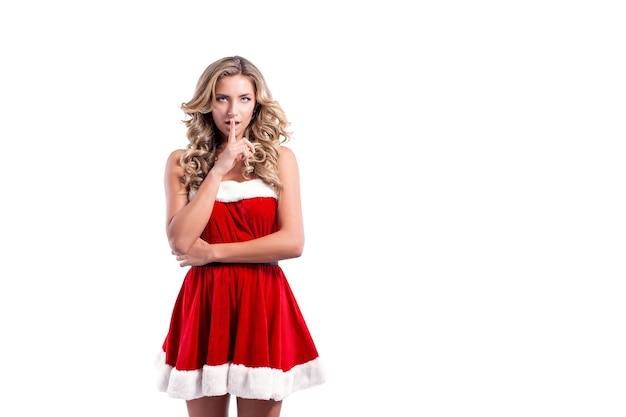 Schöne junge frau in einem weihnachtsmannkostüm