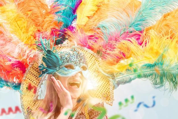 Schöne junge frau in karnevalsmaske schönheitsmodellfrau, die maskerademaske trägt