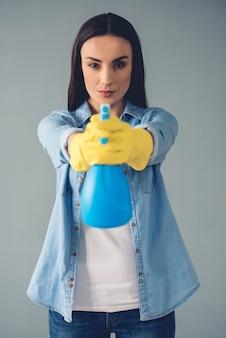 Schöne junge frau in schutzhandschuhen. reinigungskonzept
