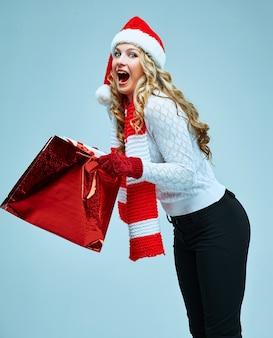 Schöne junge frau in weihnachtsmann-kleidung