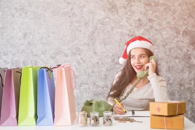 Schöne junge frau liebe zum online-shopping