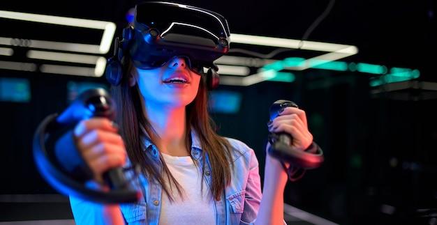 Schöne junge frau mit brille virtueller realität. vr, spiele, unterhaltung, zukünftiges technologiekonzept.