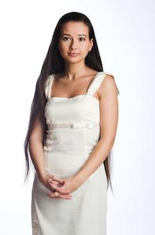 Schöne junge frau mit dem langen haar auf weiß