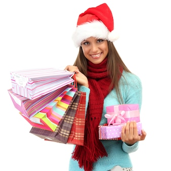 Schöne junge frau mit einkaufstüten und geschenken isoliert