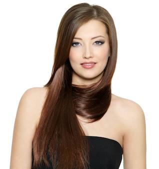 Schöne junge frau mit glänzendem langem glattem haar - weißer raum