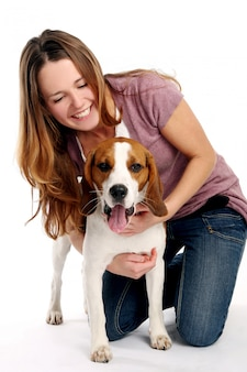 Schöne junge frau mit hund