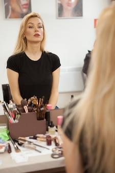 Schöne junge frau mit makellosem make-up