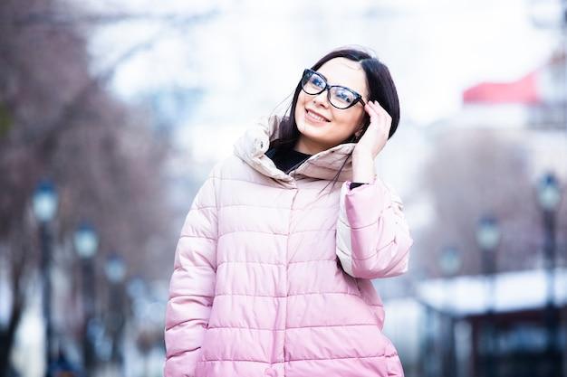 Schöne junge frau mit modischer warmer winterjacke