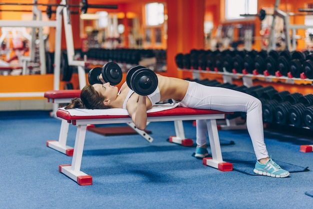 Schöne junge frau mit perfektem körper, der übungen macht