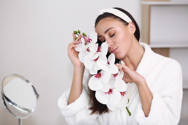 Schöne junge frau mit sauberer frischer haut. gesichtsbehandlung . kosmetologie, schönheit und spa.