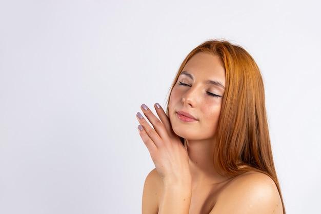 Schöne junge frau mit sauberer frischer haut, mit geschlossenen augen. gesichtspflege. kosmetologie, schönheit und spa.