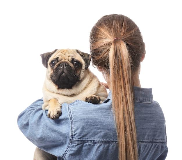 Schöne junge frau mit süßem mopshund auf weißem hintergrund