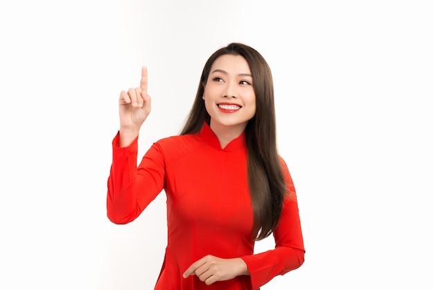 Schöne junge frau mit traditionellem vietnamesischem kulturkleid vietnam