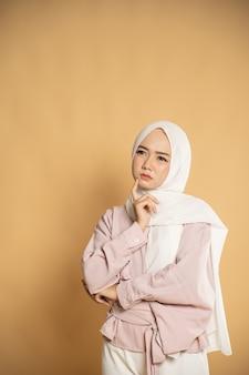 Schöne junge frau muslimische asiatische frau, die im modernen hijab-stil gekleidet denkt