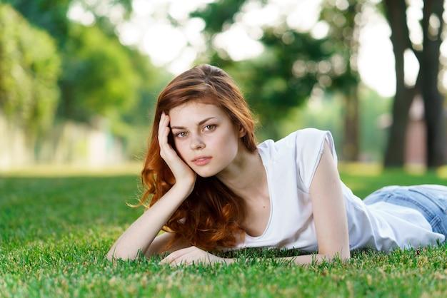 Schöne junge frau ruht im frischen grünen gras