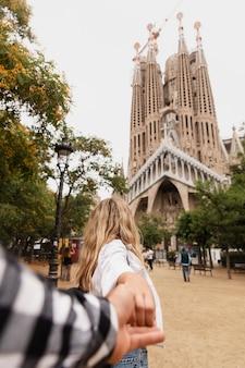 Schöne junge frau sightseeing