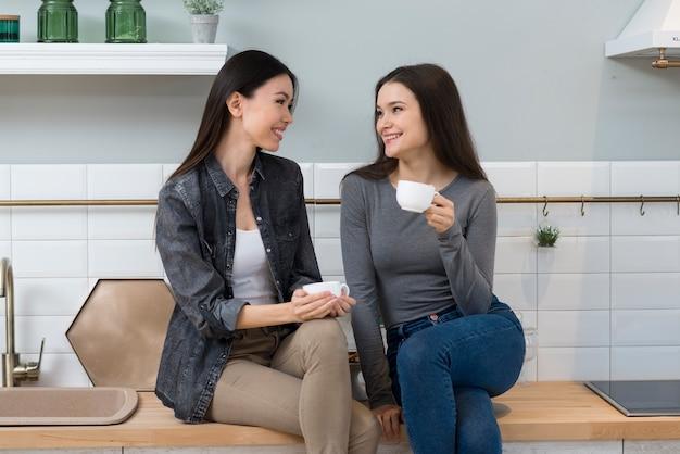 Schöne junge frauen, die eine tasse kaffee genießen