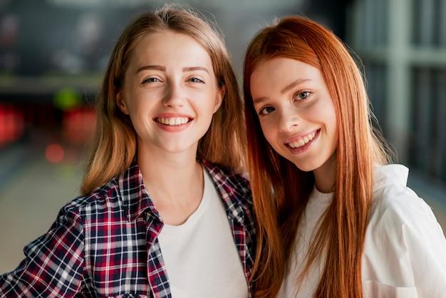 Schöne junge frauen, die in einem bowlingspielverein aufwerfen