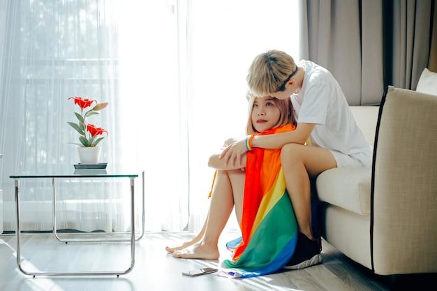 Schöne junge frauen lgbt lesben halten sich gegenseitig